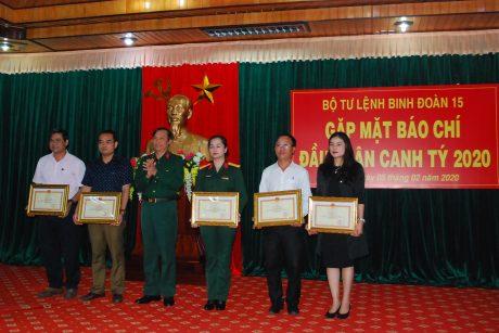 Khen thưởng cho các nhà báo có đóng góp cho Binh đoàn