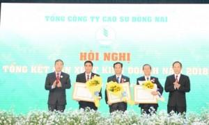 Ông Trần Ngọc Thuận - Chủ tịch HĐQT VRG và ông Nguyễn Quốc Hùng - TUV - Phó Chủ tịch UBND tỉnh Đồng Nai tặng hoa và Huân chương Lao động cho các cá nhân tiêu biểu