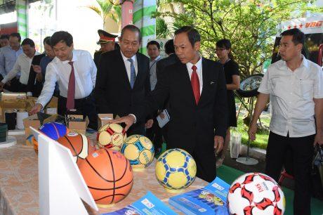 Phó Thủ tướng thường trực Trương Hoà Bình tham quan các gian hàng triển lãm sản phẩm công nghiệp cao su