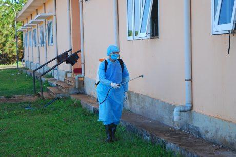 Phun thuốc phòng bệnh xung quanh nơi làm việc tại Trung tâm y tế cao su Chư Prông