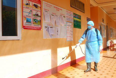 Tiêu độc khử trùng tại nơi làm việc của y tế cao su Chư Prông