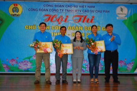 Lãnh đạo công ty và CĐ trao giải ba cho các thí sinh