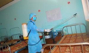 Khử trùng gường bệnh sẵn sàng đón bệnh nhân
