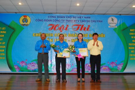Lãnh đạo công ty và CĐ công ty trao giải nhì cho các thí sinh