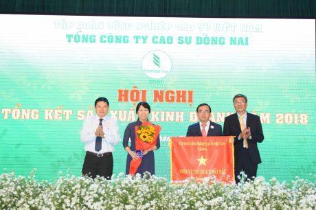 Tổng Công ty nhận cờ thi đua của VRG