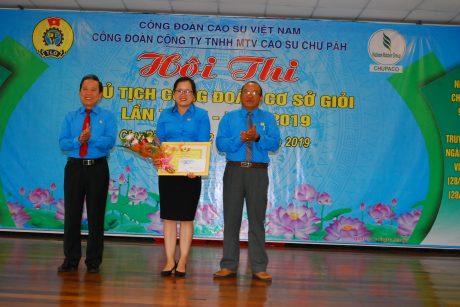 Phó chủ tịch CĐ CSVN Võ Việt Ngân và Chủ tịch CĐ Cao su Chư Păh Siu Hoa trao giải nhất cho thí sinh Bùi Thị Duyên