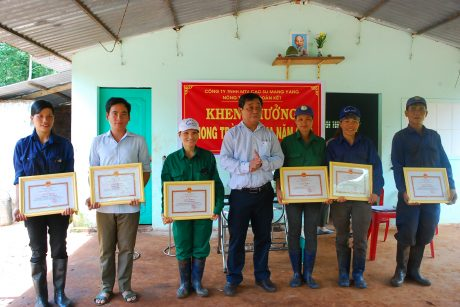 TGĐ công ty Trương Minh Tiến trao thưởng cho các cá nhân và tập thể