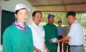 CT CĐ công ty Lê Huy Phu trao tiền thưởng cho các cá nhân