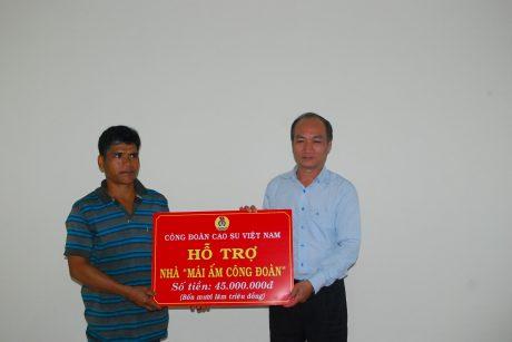 Phó Chủ tịch thường trực Công đoàn CSVN trao tiền hỗ trợ xây nhà cho anh Rlan Biên