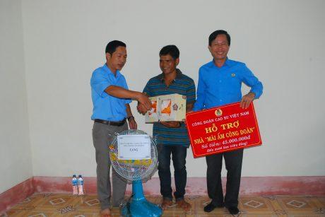 Lãnh đạo Nông trường Thanh Bình cũng có phần quà tặng gia đình anh Biên nhân dịp nhận nhà mới