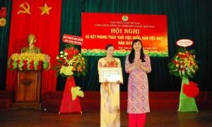 Phó Chủ tịch CĐ Trương Thị Huế Minh trao bằng khen của Tổng LĐLĐ cho nữ CN xuất sắc nhất năm 2018