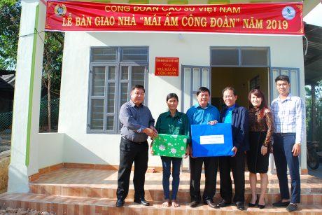 Trao nhà mái ấm Công đoàn cho công nhân Lê Thị Hiền của tổ 5 Nông trường Đăk Tờ Re - Cao su Kon Tum
