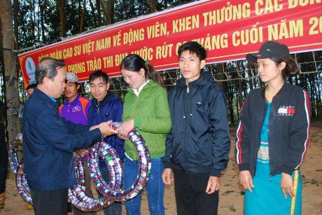 Trao tặng lốp xe cho công nhân của Nông trường Hà Tây - Cao su Chư Păh