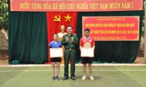 Thượng tá Hoàng Đức Toả - BTĐU - Phó Giám đốc Công ty trao giải nhất bóng chuyền nam và nữ cho chi đoàn Cơ quan và chi đoàn 4.