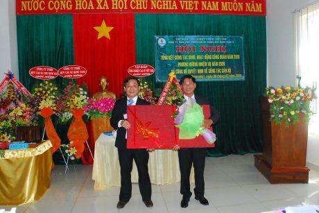 Trao quà chia tay ông Nguyễn Văn Lộc