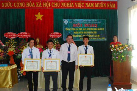 Ông Trương Minh Trung - Phó TGD VRG tặng bằng khen cho 3 tập thể