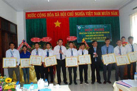 Lãnh đạo VRG và Cao su Mang Yang tặng bằng khen của TGĐ VRG cho các cá nhân