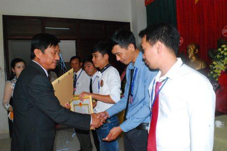 Ông Nguyễn Văn Lộc - TGĐ Công ty CP Cao su Mang Yang Ratanakiri kiêm Giám đốc Công ty TNHH Đầu tư phát triển cao su Hoàng Anh Mang Yang K tặng giấy khen cho các cá nhân