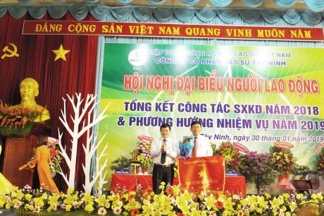 TGĐ VRG Huỳnh Văn Bảo tặng Cờ thi đua cho Công ty CPCS Tây Ninh