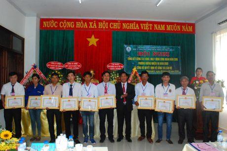 Lãnh đạo Công ty Cp Cao su Mang Yang Ratankiri tặng giấy khen cho các cá nhân