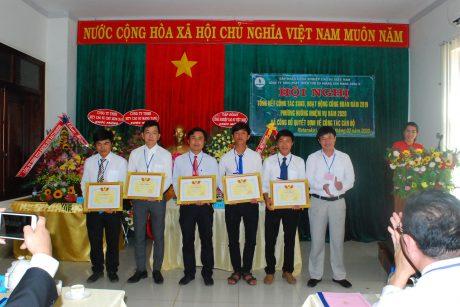 Ông Lê Huy Phu - Chủ tịch Công đoàn cao su Mang Yang tặng giấy khen của công đoàn Cao su Mang Yang cho các đoàn viên hoàn thành xuất sắc nhiệm vụ