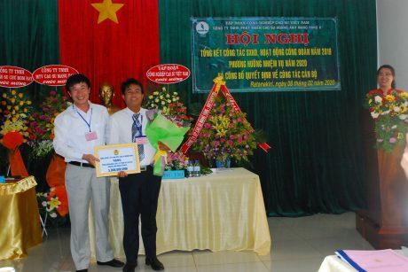 Ông Lê Huy Phu - Chủ tịch Công đoàn cao su Mang Yang trao tặng số tiền 5 triệu đồng cho công đoàn độc lập Campuchia