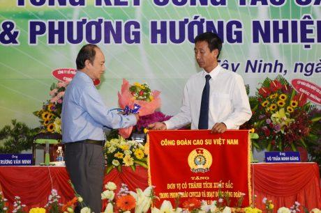 Ông Phan Tấn Hải - Phó Chủ tịch thường trực Công đoàn CSVN tặng Cờ thi đua cho Công đoàn công ty