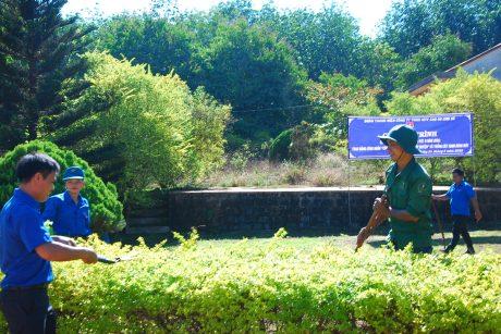 Đoàn viên thanh niên dọp dẹp, chỉnh trang ây cảnh trong khuôn viên Nông trường Ia Ko