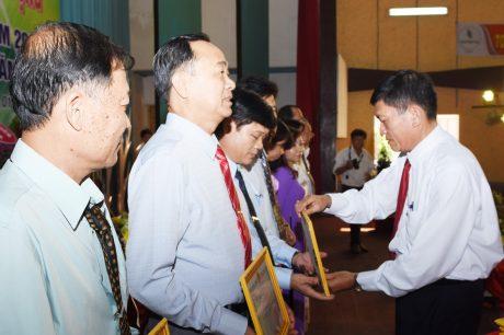 Ông Nguyễn Văn Chành - TGĐ Cao su Tây Ninh tặng giấy khen