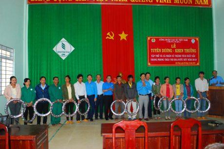 Trao tặng lốp xe cho công nhân Nông trường An Biên - Cao su Chư Prông