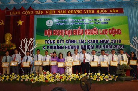 14 tập thể nhận giấy khen của TGĐ Công ty CPCS Tây Ninh. Ảnh: Vũ Phong