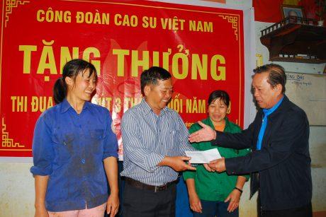 Trao tiền thưởng cho tập thể tổ khai thác của Nông trường K'dang - Cao su Mang Yang