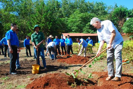 Đ/c Đặng Đức Tri - Bí thư Đảng ủy công ty cùng tham gia trồng cây trong chương trình của đoàn