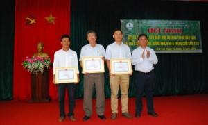 TGĐ Trương Minh tiến trao thưởng cho các tập thể
