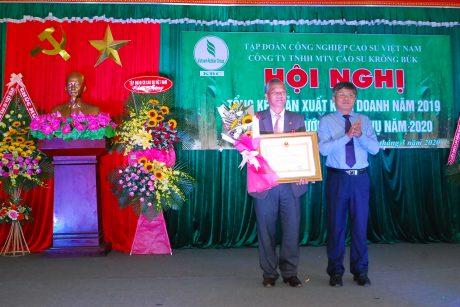 Ông Trần Công Kha - Phó TGĐ VRG trao Huân chương lao động hạng ba cho ông Nguyễn Văn Hiền - TGĐ công ty