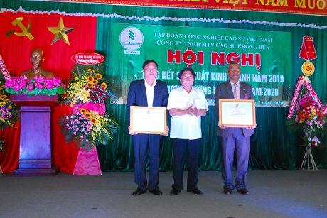 Ông Phan Mạnh Hùng - Chủ tịch CĐ CSVN trao bằng khen của Tổng LĐLĐ VN cho ông Nguyễn Văn Hiền và ông Trần Ngọc Lành