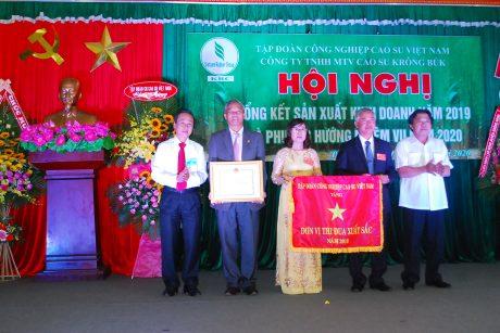 Lãnh đạo VRG và Công đoàn CSVN trao tặng cờ thi đua xuất cho lãnh đạo công ty