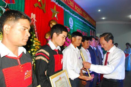 Lãnh đạo VRG tặng bằng khen cho các cá nhân