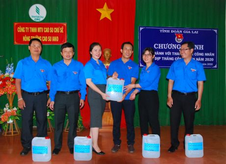 Đại diện Tỉnh đoàn Gia Lai trao 60 lít dung dịch sát khuẩn cho Đoàn thanh niên công ty