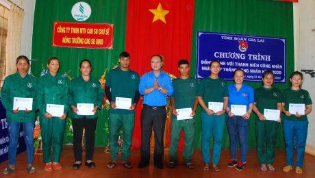 Anh Phan Hồ Giang - Phó Bí thư Tỉnh đoàn Gia Lai trao quà cho thanh niên có hoàn cảnh khó khăn của công ty