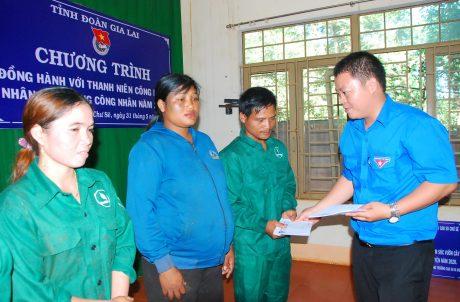 Anh Đặng Đức Tài - Bí thư Đoàn thanh niên công ty trao quà cho thanh niên gặp khó khăn