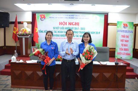 Đ/c Trần Ngọc Thuận – Bí thư Đảng ủy, Chủ tịch HĐQT VRG tặng hoa các đ/c bổ sung vào BCH nhiệm kỳ 2017 – 2020