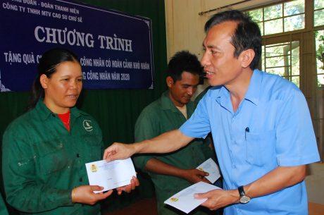 Ông Vương Đức Thông - Chủ tịch công đoàn công ty trao quà hỗ trợ của công đoàn công ty cho công nhân có hoàn cảnh khó khăn