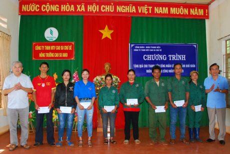 Lãnh đạo công ty trao quà cho công nhân, thanh niên của công ty gặp khó khăn