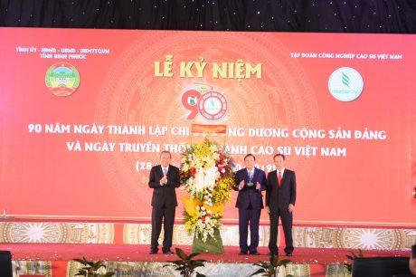 Phó thủ tướng thường trực Trương Hoà Bình trao tặng lẵng hoa chúc mừng của Tổng Bí thư, Chủ tịch nước Trương Vĩnh Trọng cho Tỉnh Bình Phước và VRG