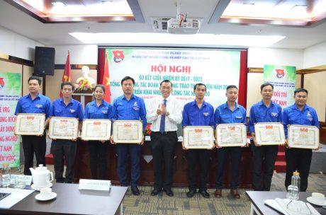 Đ/c Lê Thanh Tú - Phó TGĐ VRG trao bằng khen của TW Đoàn cho các tập thể