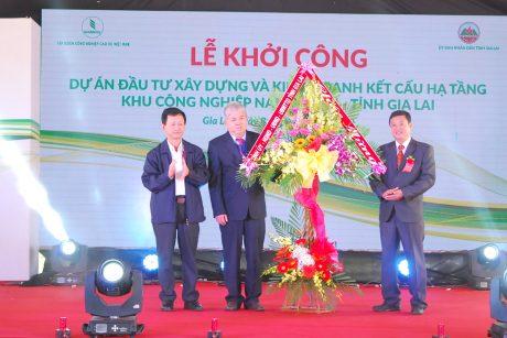 Bí thư tỉnh ủy Dương Văn Trang tặng hoa chúc mừng công ty
