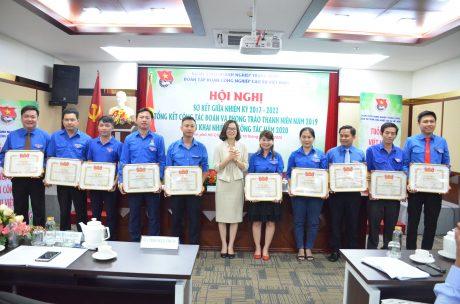 Đ/c Hoàng Thị Minh Thu - Phó Bí thư Thường trực, Chủ nhiệm Ủy ban Kiểm tra Đoàn Khối DNTW trao bằng khen của TW Đoàn cho các cá nhân