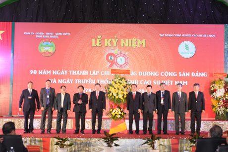 Ông Nguyễn Hoàng Anh - Chủ tịch Uỷ ban quản lý vốn nhà nước tặng hoa chúc mừng VRG