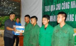 Ông Trương Ly - Chủ tịch HĐTV công ty trao nồi cơm điện cho công nhân